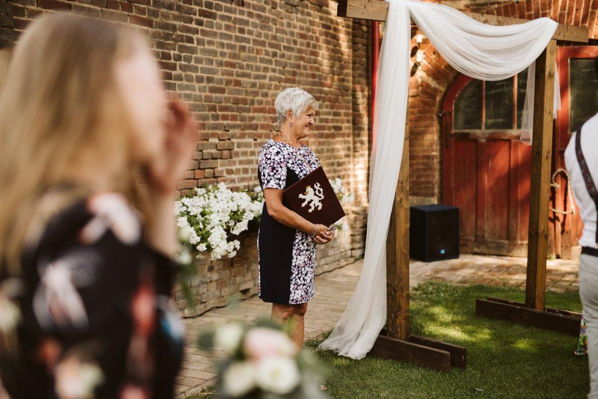 Civilní svatební obřad, oddávající, foto Simmer