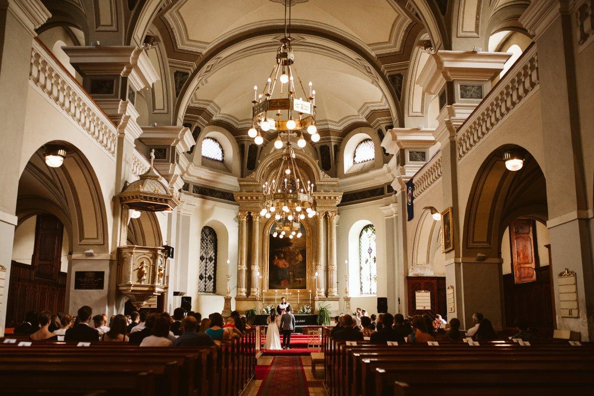 Katolický obřad svatba v kostele foto Simmer